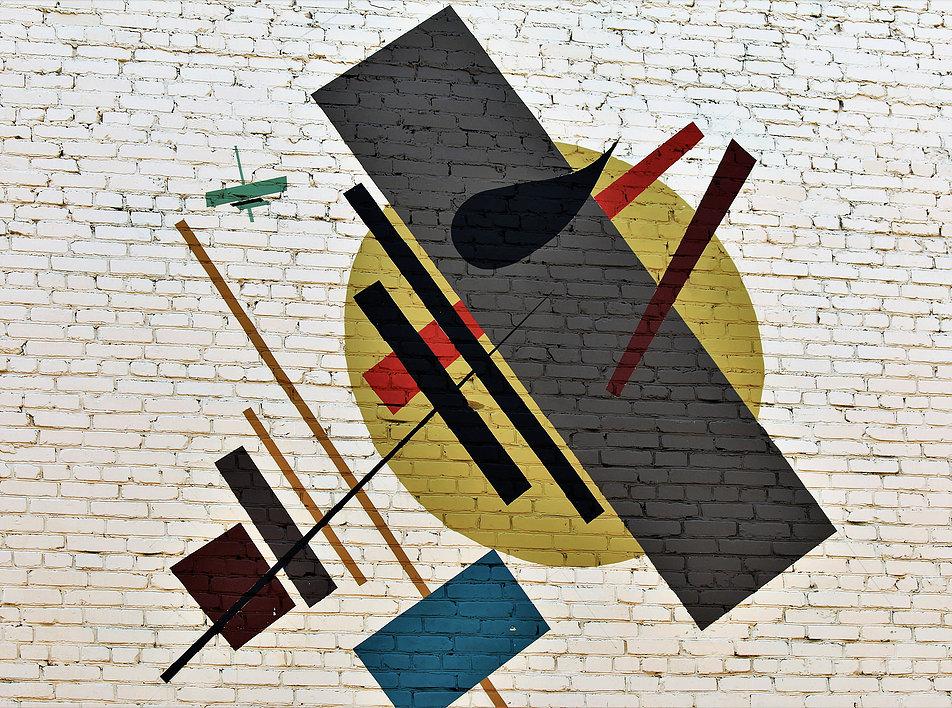 Witebsk. Ul. M. Chagalla. Kompozycja Malewicza wymalowana na ścianie szczytowej jednego z bloków. Idąc ulica z jednej strony oglądamy kompozycje Malewicza. Z drugiej Chagalla. Fot. Jerzy S. Majewski