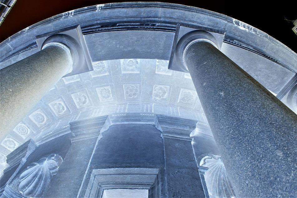 Rzym. Tempietto San Pietro in Montori. Bramante wykorzystał antyczne kolumny z granitu. Dodał im jednak nowe głowice oraz bazy. Fot. Jerzy S. Majewski