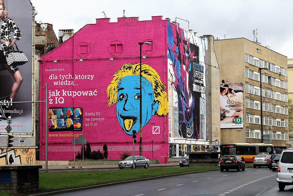 Warszawa. Polna Corner. Oficyna kamienicy przy Jaworzyńskiej mającej adres od Polnej 40 w 2014 r. W ostatnich latach na elewacjach malowane były reklamy. Fot. Jerzy S. Majewski