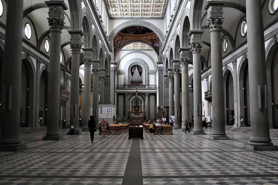 Florencja. San Lorenzo (kościół św. Wawrzyńca) Filippo Brunelleschi, rok 1419. Wnętrze nawy środkowej. Fot. Jerzy S. Majewski