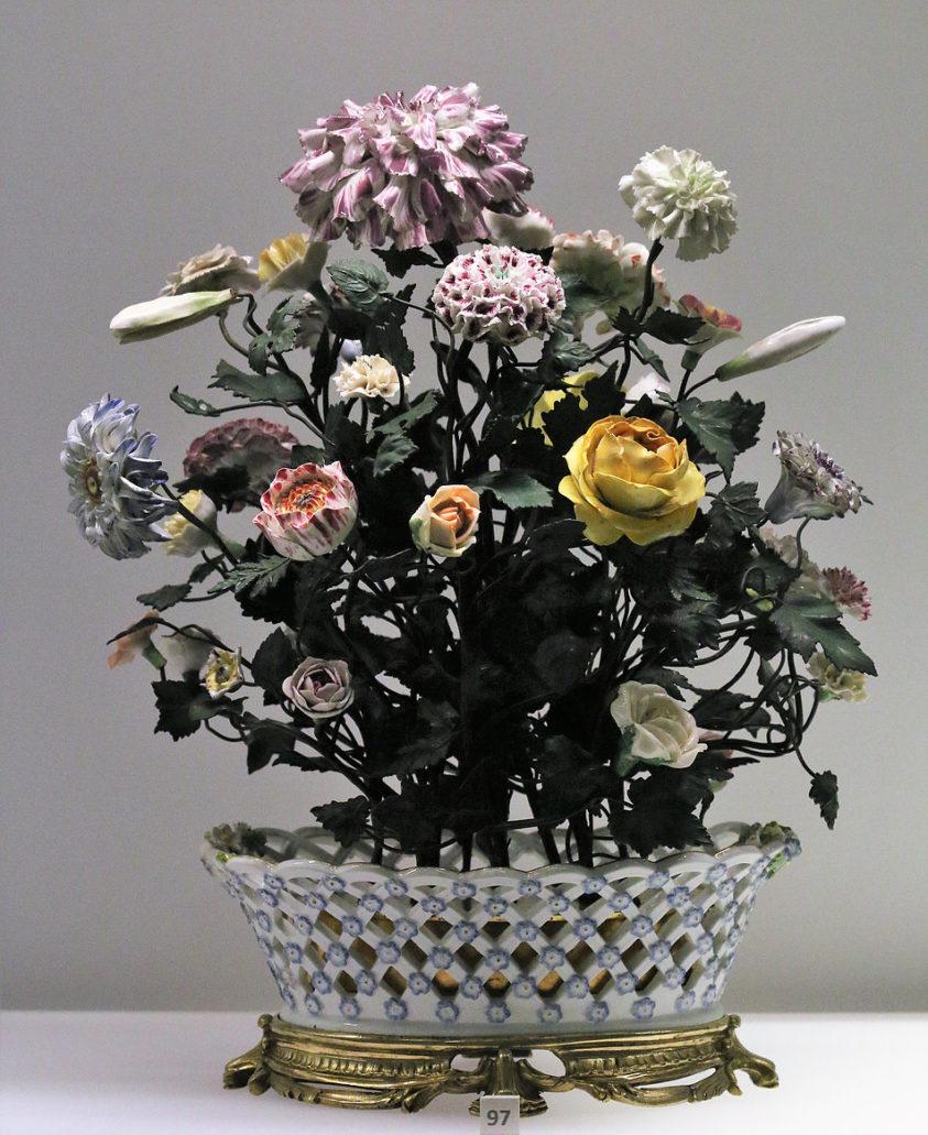 Ten porcelany kosz z kwiatami powstał w szczytowym okresie rozwoju Królewskiej Manufaktury Porcelany w Miśni. Po 1750, a przed katastrofa wojny siedmioletniej. Fot. Jerzy S. Majewski