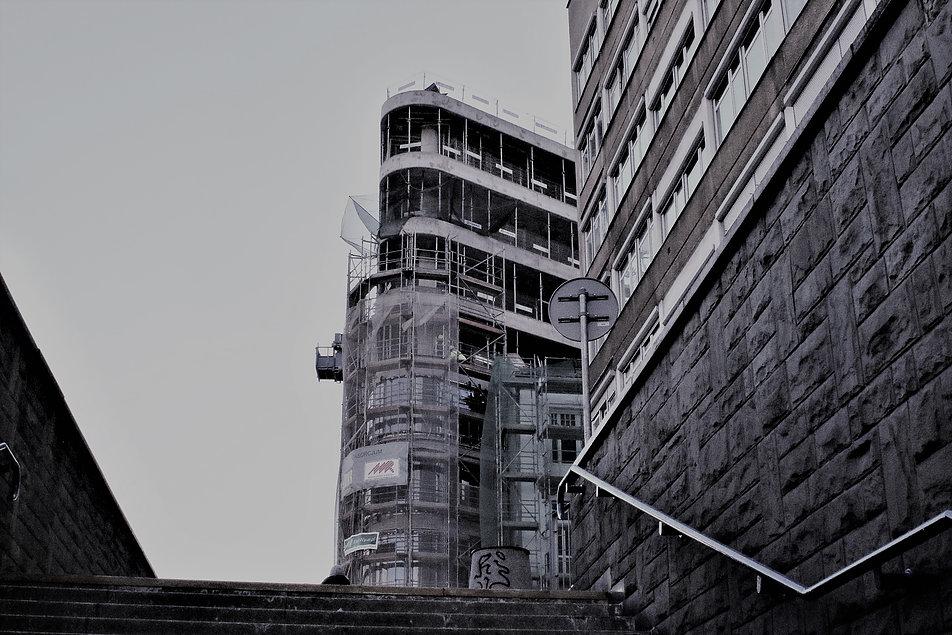 Warszawa. Polna Corner. Wychodząc z przejścia podziemnego stacji metra Politechnika natykamy się na żelbetowy szkielet nowego budynku. Fot. Jerzy S. Majewski